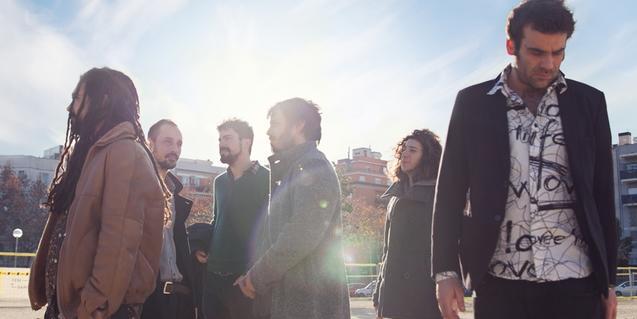 Els sis membres de la banda retratats a contrallum en exteriors