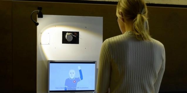 Una jove davant una pantalla on es mostra el projecte d'art digital de Fèlix Vinyals