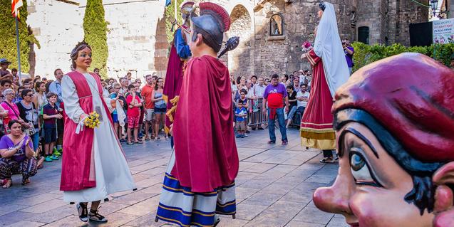 Gigantes y Cu-cut bailando en la plaza
