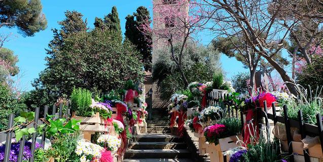 Imagen del Poble Espanyol decorado con flores