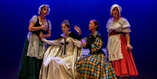 Un grupo de cuatro actrices vestidas con ropas del siglo pasado como criadas y señoras