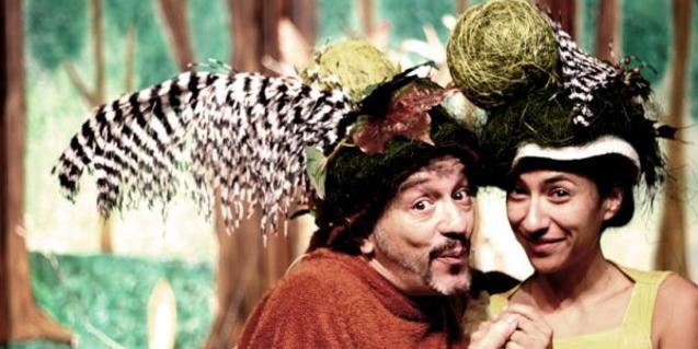 Fotografía de dos de los actores en el escenario
