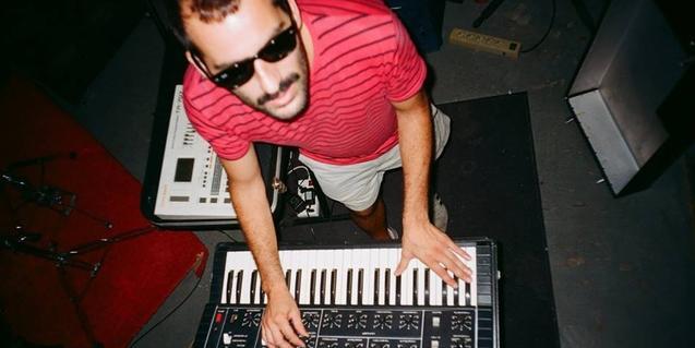 Retrat zenital del músic tocant un teclat electrònic