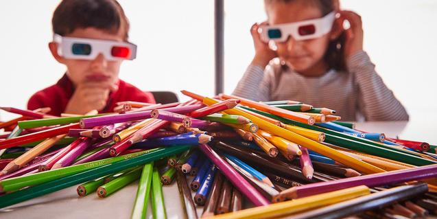 Un nen i una nena participant a un dels tallers del festival