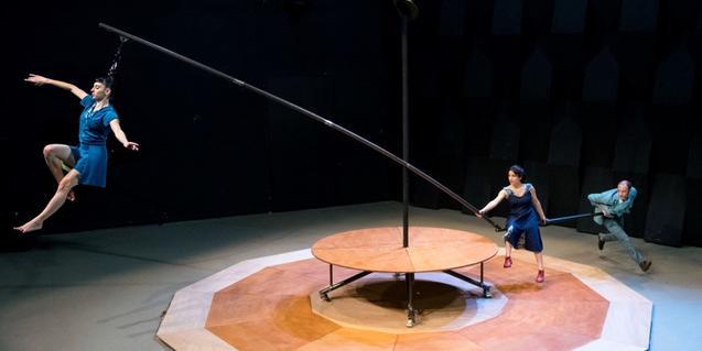 Una equilibrista se levanta del suelo sujeta por el pelo en un momento del espectáculo