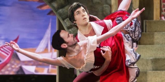 Un collage mostra una escena de ballet amb les cares dels ballarins enganxades sobre la imatge original