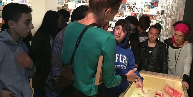 Alumnos del INS Miquel Tarradell de Barcelona visitando la exposición en el CCCB