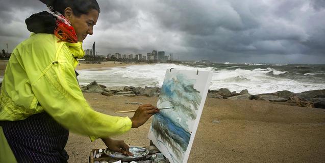 La playa del Bogatell durante una tormenta a través del objetivo de Virgili