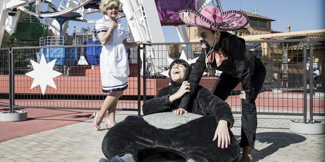 Tres actors disfressats de peluix de mexicà i de noia de servei