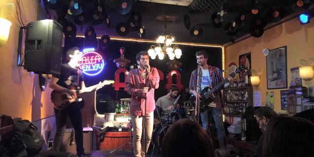 Los miembros de la banda durante una actuación en el Alfa Bar