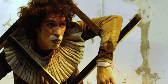 Retrat d'un dels actors del muntatge, disfressat de joguina