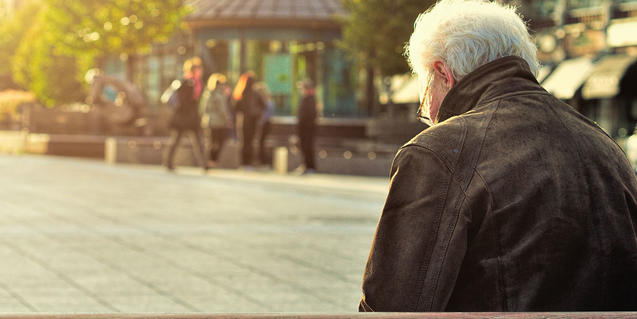 Imagen de una persona mayor en la calle