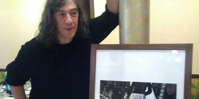 El cantant fa a l'emblemàtic local la seva primera exposició