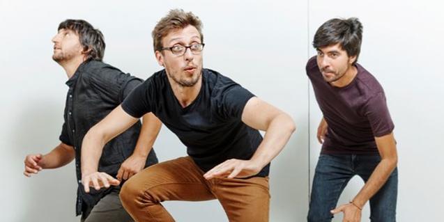 Els tres membres de la banda de La Garriga fent un salt