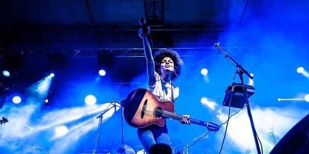 L'artista amb la seva guitarra en plena actuació