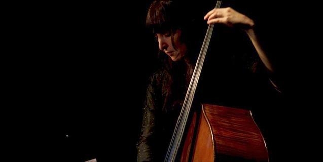 Giulia Valle tocando el contrabajo