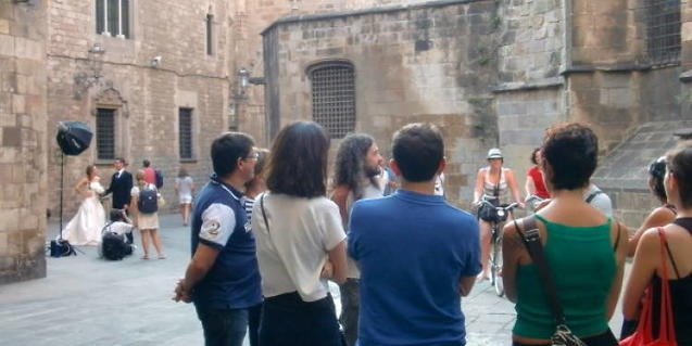 A group taking parting in a guided walking tour of the Gothic Quarter