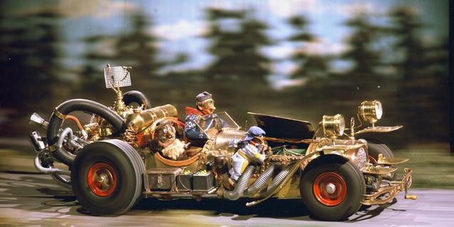 Fotograma de la película con un de los coches de la carrera