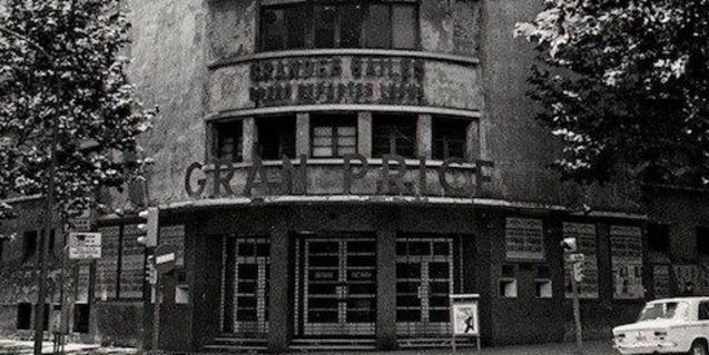 Una antiga fotografia mostra la façana de l'antiga sala del barri de Sant Antoni