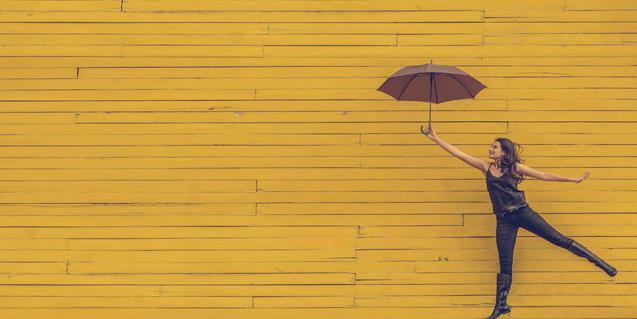 La imatge d'una noia volant amb un paraigües obert serveix d'imatge a la presentació del cicle