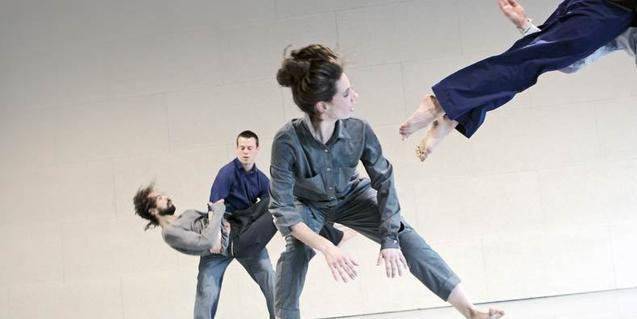 Quatre ballarins interpreten una coreografia de Guy Nader