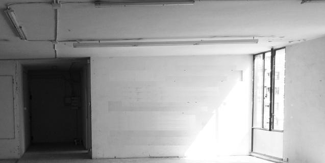 La imatge d'una habitació buida en un pis deshabitat serveix per anunciar l'exposició