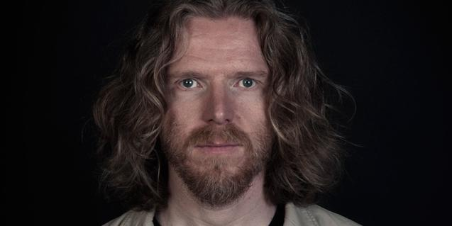 Retrato de primer plano del artista islandés con el cabello largo y rubio