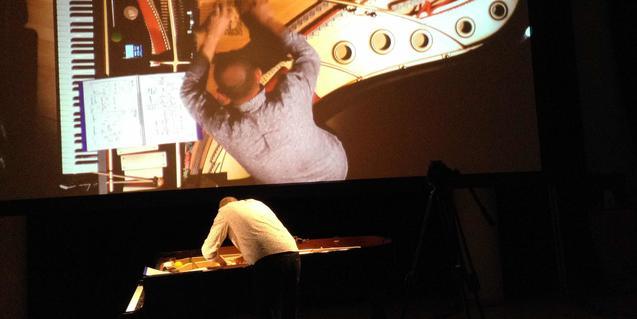 Imagen del intérprete e improvisador Agustí Fernández tocando el piano