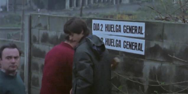 """Treballadors convocant una vaga general. Imatge del film """"A la vuelta del grito"""""""