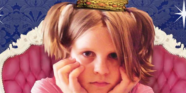Fotografia del cartell. Una nena amb corona vestida de princesa rosa i fent cara d'avorrida