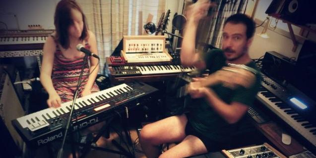 Los hermanos Bernal en su estudio casero de grabación