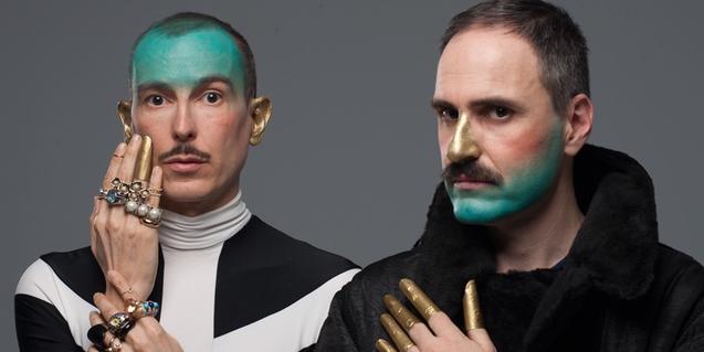 Retrat dels integrants del duet amb mitja cara maquillada de color blau