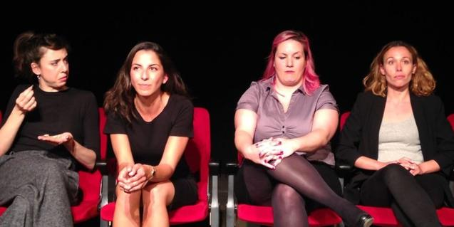 Les quatre actrius protagonistes assegudes en unes cadires plegables