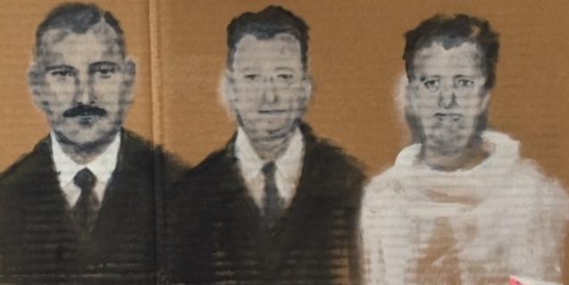 Una de les pintures de Mauro Valentí mostra tres homes amb els rostres desdibuixats