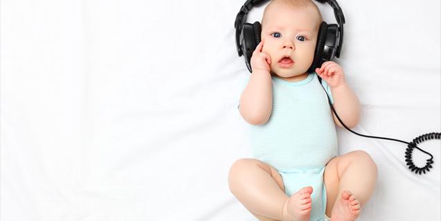Un nadó amb auriculars