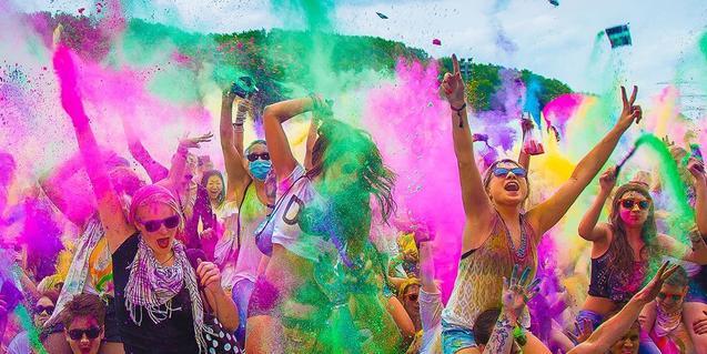 Un grup de persones llença a l'aire pòlvores de tots colors