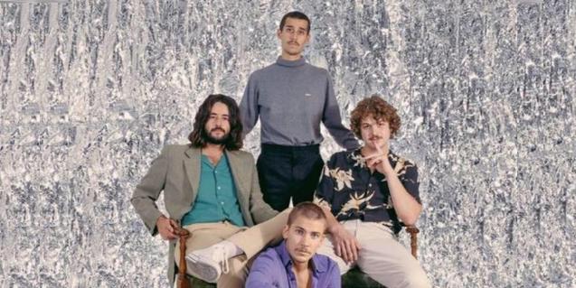 Retrat de grup dels components de la banda contra un fons psicodèlic