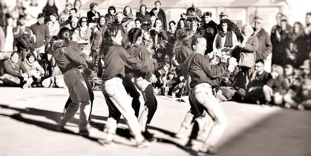 Un grupo de chicas bailan en una edición anterior de la fiesta