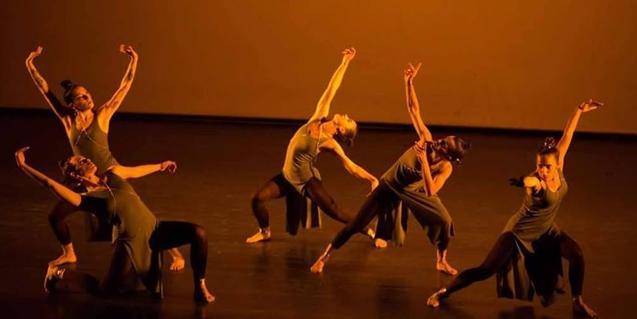 Una de las compañías de danzas urbanas que participan en la propuesta en plena actuación