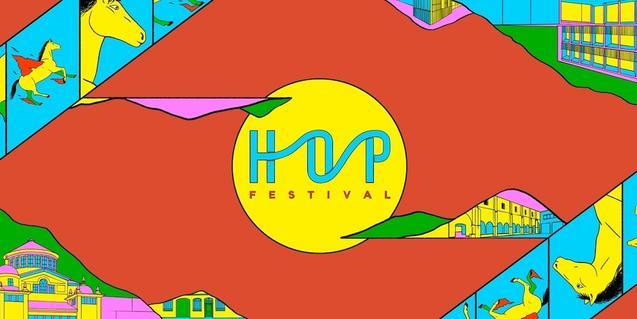 El logo tipográfico del festival sobre un fondo de color rojo y rodeado de dibujos de unos caballos con alas
