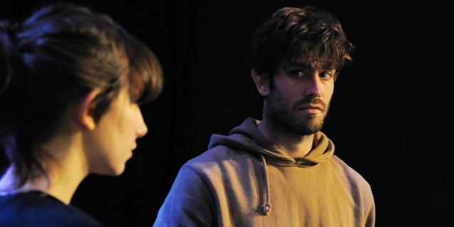 Retrat d'un dels actors i de l'actriu que protagonitzen l'espectacle mirant-se mútuament durant la funció