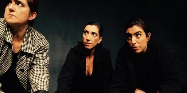 Los tres personajes protagonistas con las manos en el suelo en un momento de la representación
