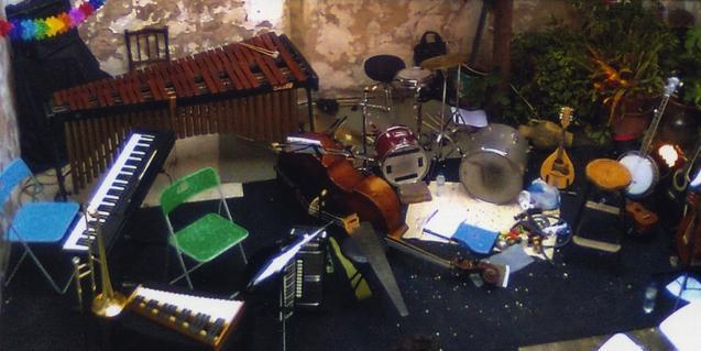 Una imagen de los muchos instrumentos que utiliza la banda en sus actuaciones