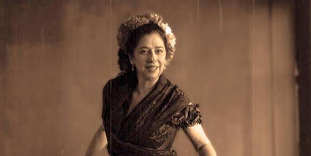 La actriz Anna Feu caracterizada como la soprano Elvira de Hidalgo
