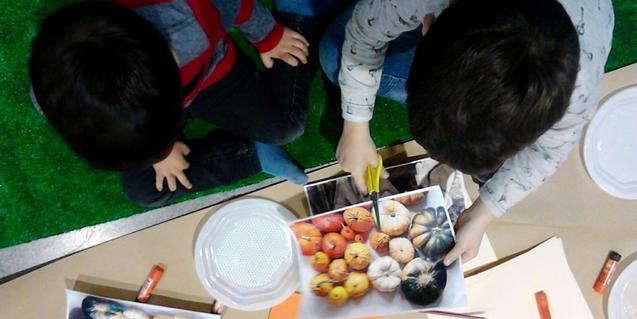 Dos nens en un dels tallers d'Imagina, imagina