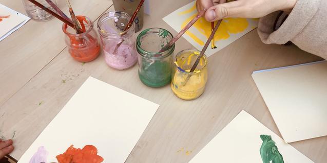Pintant amb pinzell i pintures de colors.