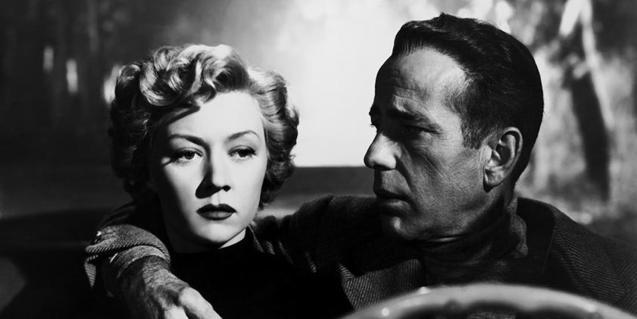 Un fotograma del film de Nicholas Ray con Humphrey Bogart y Gloria Grahame en un coche