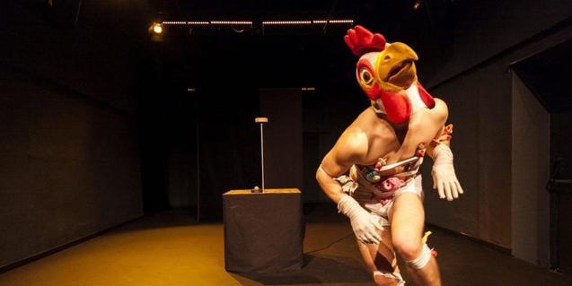 El artista Quim Girón vestido de gallo en un momento de su espectáculo de circo contemporáneo