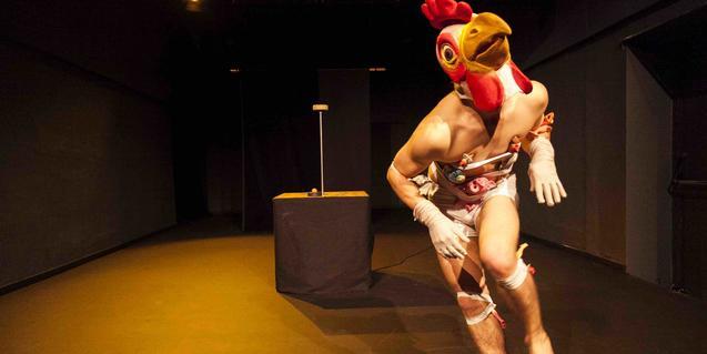El protagonista del espectáculo disfrazado de gallo