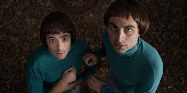 Los dos protagonistas retratados mirando a la cámara con cara de susto